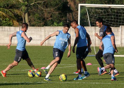Integrantes de la seleccion de Uruguay participan en el entrenamiento para afrontar su partido de las eliminatorias sudamericanas del Mundial de Rusia 2018