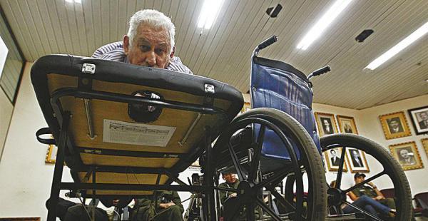 El general Prado, acostado en una camilla, participa del juicio. Dice que sus médicos fueron amenazados