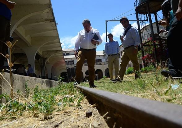 Técnicos de la empresa española JOCA observan la antigua red del ferrocarril en la estación. - José Rocha Los Tiempos
