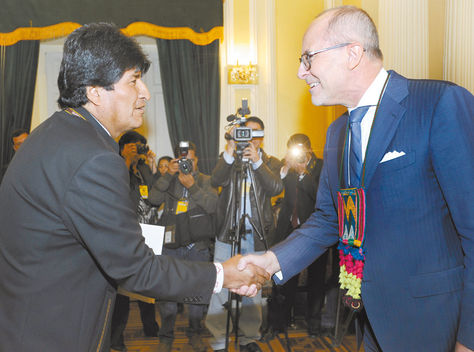 Visita. El presidente Morales recibe al embajador de Francia, Wibaux, en el Palacio de Gobierno, ayer.