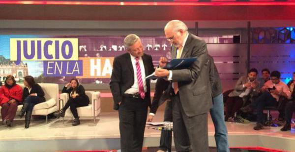 Carlos Mesa firma 'El libro del mar' al periodista chileno Juan Manuel Astorga, tras la entrevista que éste le realizó al expresidente boliviano