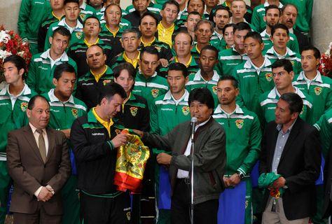 El presidente Evo Morales, se reunió con los jugadores y cuerpo técnico de la selección boliviana de fútbol en palacio de Gobierno para motivar la participación, en las eliminatorias. Foto: Ángel Illanes
