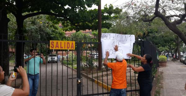 Manifestantes cierran con candado los ingresos de la Gobernación y exigen reunirse con Rubén Costas