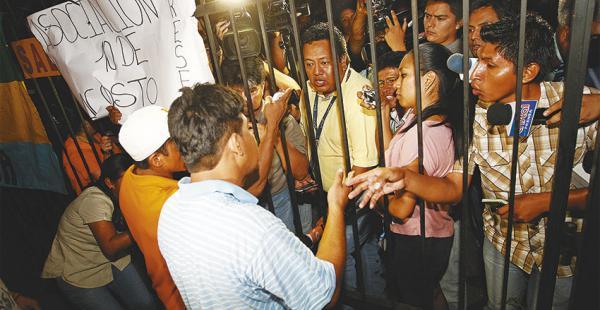 Los periodistas reclamaron porque no se les permitía la salida del edificio. Luego de una hora salieron