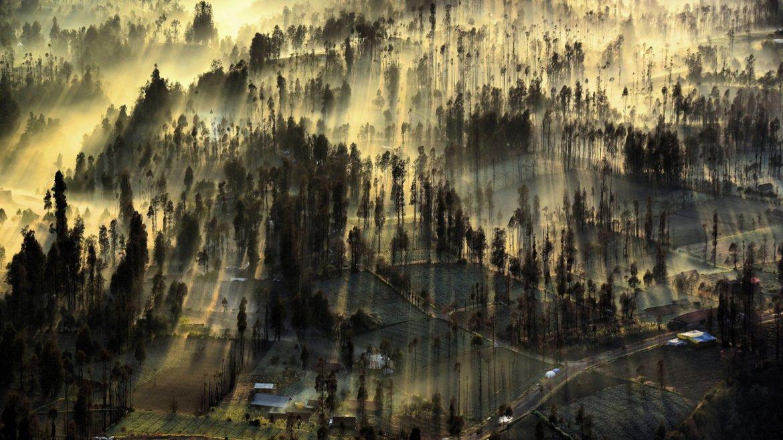 Los rayos del sol entran por el Monte Cemoro Lawang Bromo, Java Oriental, Indonesia