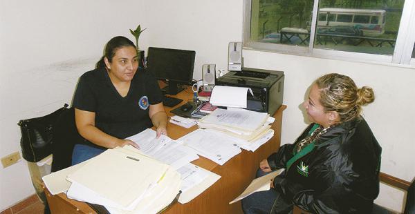 La fiscal Domínguez conversa con una funcionaria de la Defensoría