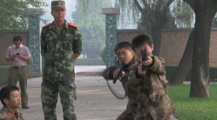 Niños chinos se curan de la adición a juegos de ordenador con los combates reales