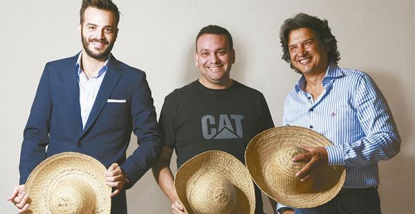 Pablo Núñez, Francisco Micó Y Óscar Caso viven y trabajan en santa cruz. no dudaron en posar sonrientes portando los típicos sombreros de saó