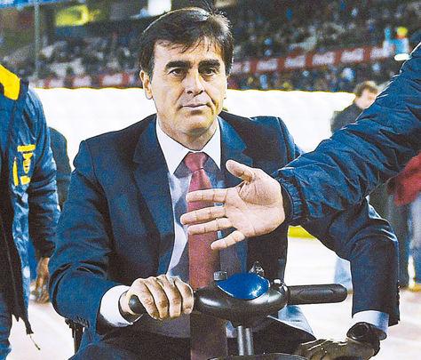 En su carrito, Gustavo Quinteros, lesionado del tendón de Aquiles, se dirige al banco de suplentes. Fue en el partido contra Argentina, el jueves en Buenos Aires.