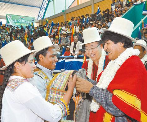 Cochabamba. El presidente Evo Morales y el secretario general de la ONU,Ban Ki-moon, reciben un obsequio de los pobladores de Vila Vila.