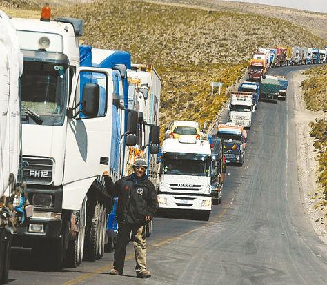 Tránsito. Camiones en la frontera conChile detenidos por una huelga de funcionarios chilenos.
