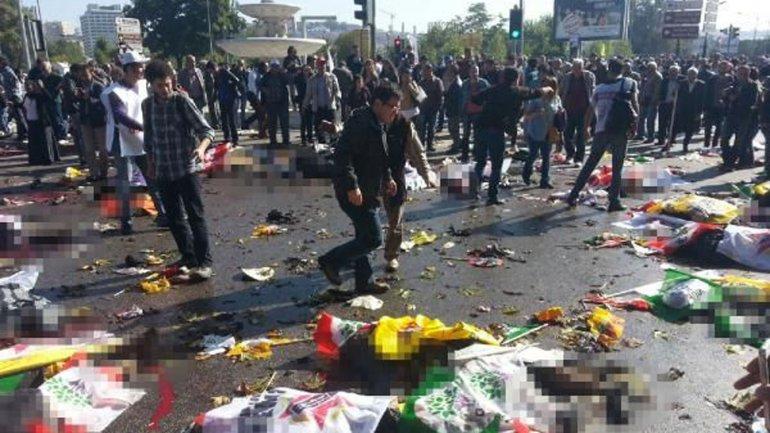 Testigos dijeron que se sintió una fuerte explosión frente a la estación de tren de Ankara