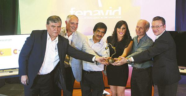 El director Alejandro Fuentes junto a representantes de algunas instituciones que apoyan el Fenavid
