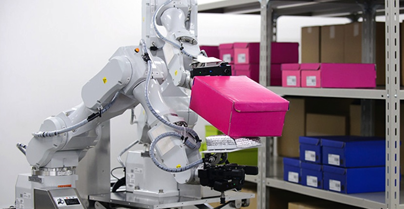 hit Hitachi presenta su nuevo robot de dos brazos exclusivo para trabajos de almacén