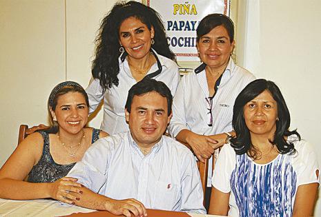Guadalupe Zabala y Maggie Villarroel, Tatiana Salazar, Remy Villarroel y Sandra Herbas