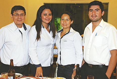 Guido Dávila, Guisela Campero, Graciela Montaño y Nery Valverde compartieron una bonita charla acerca del tiempo que llevan en la empresa. Fue un día muy especial para disfrutar entre colegas
