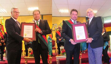 El expresidente y agente de Bolivia ante la CIJ, Eduardo Rodríguez, y el expresidente y portavoz de la demanda, Carlos Mesa, reciben la distinción de la Alcaldía paceña. Foto: GAMLP