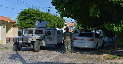 """Los vehículos blindados de la Armada patrullan Culiacán, capital de Sinaloa, el estado donde se realiza una intensa búsqueda del narcotraficante Joaquín """"El Chapo"""" Guzmán. Foto: AFP"""