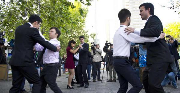 Un grupo de parejas homosexuales bailó un vals en las afueras del edificio en donde se realizó la boda