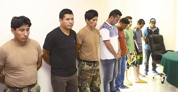 una patrulla de umopar vino  desde bulo    bulo sin autorizacion  hasta santa cruz  Los agentes antinarcóticos fueron mostrados ayer por las autoridades           en el Comando