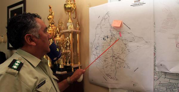 El jefe policial Juan Baldivieso, muestra la ruta de los narcos