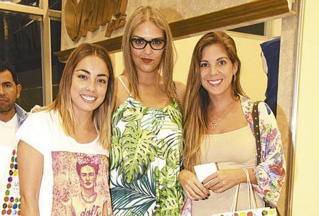entre amigas es más divertido.  Lorena Ribera, Jéssica Ugarteche y Pura González