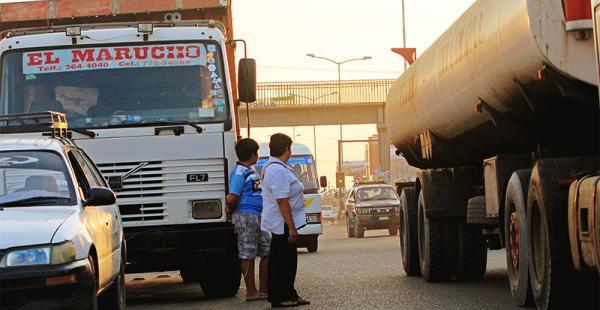 puente peatonal sin uso los peatones cruzan entre los camiones Los habitantes de la Pampa de la Isla optan por cruzar la transitada vía evadiendo los camiones, en vez de utilizar el cruce construido para ellos