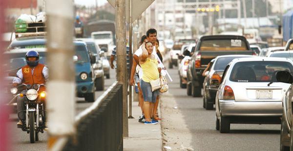 EL DIFÍCIL RETO DE LLEGAR AL FRENTE Una mujer se agarra la cabeza mientras mira el interminable desfile de vehículos que le impide llegar a su destino
