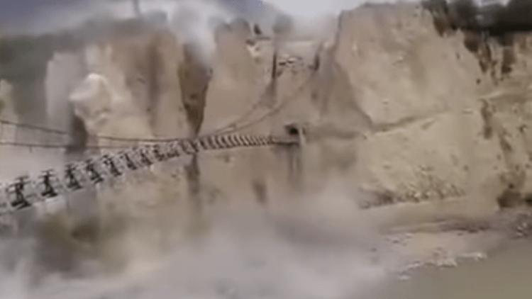Gigantesco deslizamiento de tierra por el terremoto de magnitud 7,5 en Pakistán