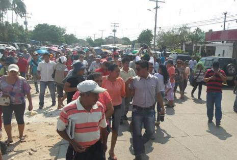 Los 'mañaneros' marcharon desde el tercer anillo de la avenida Santos Dumont hasta el Concejo Municipal en protesta por la detención de René Troncoso
