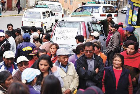 Protesta. Un minibús 'trameador' con el letrero puesto ayer por vecinos de Vino Tinto contra el sindicato Exaltación.