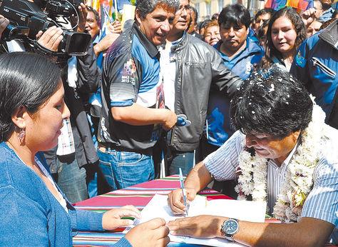 Oficialismo. El presidente Evo Morales inscribe a militantes en el proceso electoral nacional de 2014.