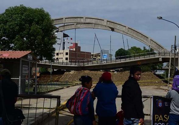 Vecinos observan la plataforma hundida del desnivel Independencia. La Alcaldía colocó una base de tierra para amortiguar la caída de la estructura.  - Carlos  López Gamboa Los Tiempos