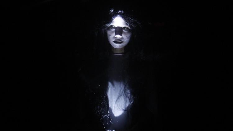 Una actriz vestida de fantasma durante la celebración de Halloween en un centro comercial en Manila