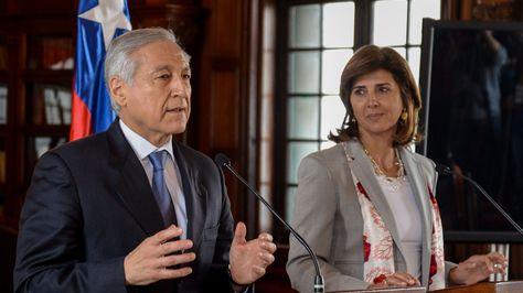 El canciller de Chile, Heraldo Muñoz, junto a su homóloga de Colombia, María Ángela Holguín. Foto: EFE