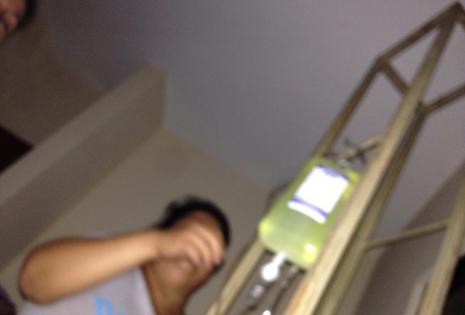 Esta es la imagen, tomada por el fallecido Cristian, que registra el momento en que la enfermera (en presencia de la madre de los adolescentes) le inyecta el suero