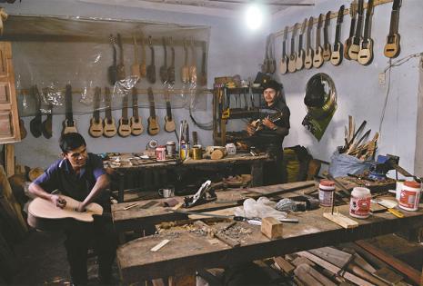 Donde dan vida al charango Más de 100 habilidosos artesanos de  Aiquile y las comunidades de San Pedro  y Común Pampa trabajan la madera