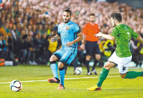 El delantero brasileño Douglas Pereira (izq.), del Barcelona, remata ante la marca de un jugador del Villanovense. Foto: EFE