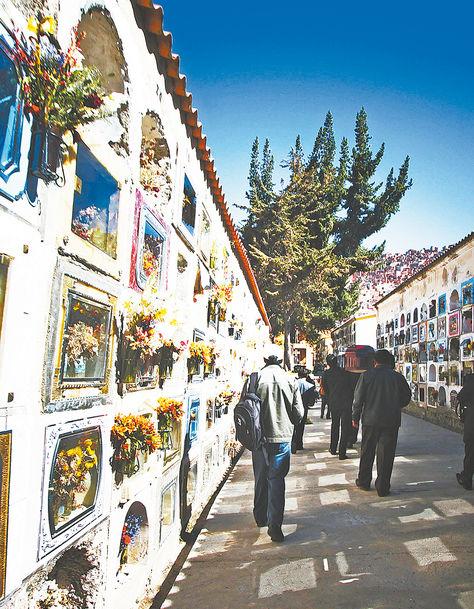 Un pasillo del Cementerio General, en la zona deCallampaya de la ciudad de LaPaz.