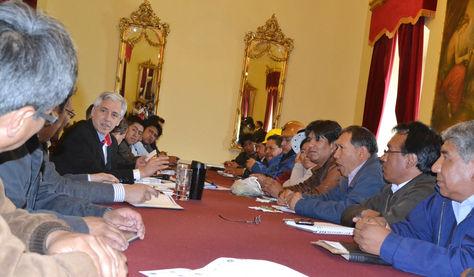 El presidente en ejercicio Álvaro García se reunión con dirigentes de la COB y de la Conalcam