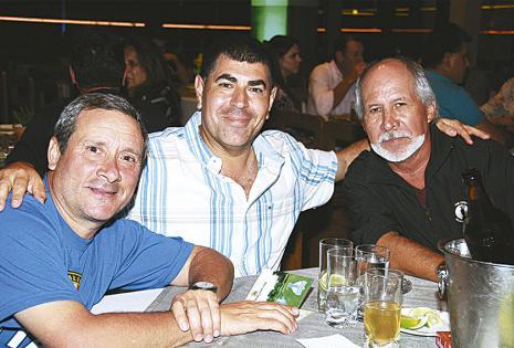 Guillermo Tabellione y Gonzalo Galván, que llegaron desde Argentina para el evento deportivo, en compañía de Mario Saucedo, en representación de Bolivia