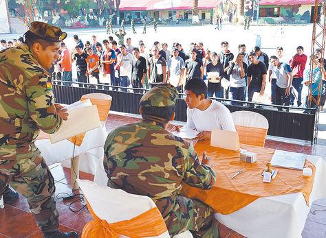 Reclutamiento. Jóvenes hacen su trámite para enlistarse en la ciudad de Cochabamba.