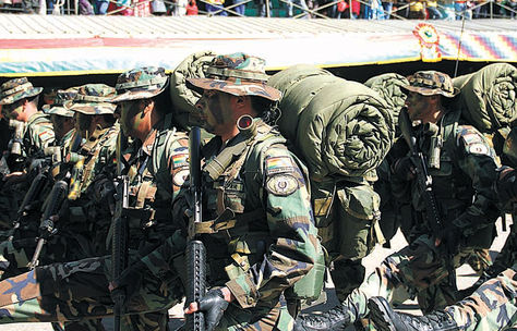 Desfile. La tropa policial en un acto en la Academia Nacional de Policías (Anapol), el lunes.