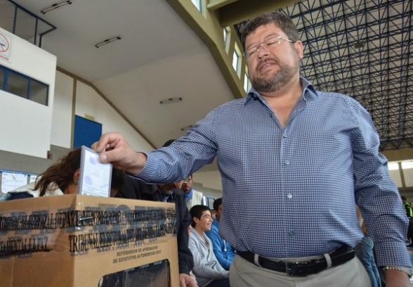 El líder de Unidad Nacional (UN), Samuel Doria Medina, emitió su voto en La Paz. - Los Tiempos Digital | Usuario