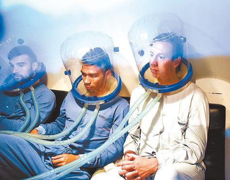 Sesión. Danny Bejarano (izq.), Diego Bejarano y Martin Smedberg-Dalence reciben oxígeno.