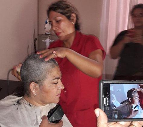 Claudia Eguez se hizo cortar al ras el cabello en Trinidad como una forma de protesta por la reiterada suspensión de audiencia de libertad de su esposo, el exgobernador Carmelo Lens