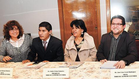 Sala plena. Cinco de los siete vocales del Tribunal Supremo Electoral (TSE) en una reunión que dirigió la presidenta Katia Uriona (centro).