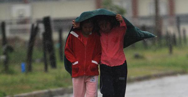 La lluvia sorprendió a varias personas ayer por la mañana