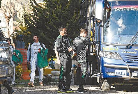 Salida. Con cara de enojado, Julio Baldivieso (de plomo), acompañado por Carlos Borja, deja el estadio de Achumani, rumbo al bus.