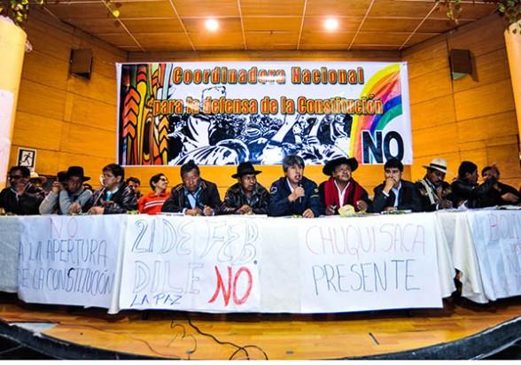 Líderes políticos y dirigentes sindicales contrarios a la reforma constitucional reunidos en Oruro el sábado pasado. -   Apg Agencia